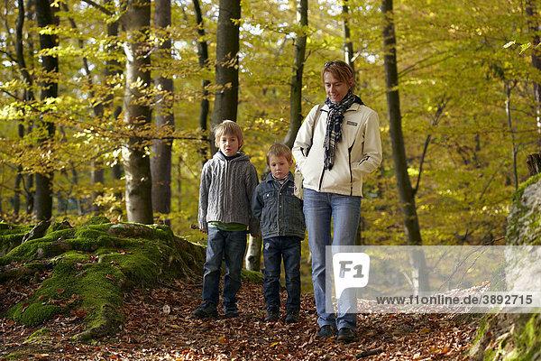 Frau mit Kindern im Wald  St. Margarethen  Reifnitz  Pyramidenkogel  Kärnten  Österreich  Europa