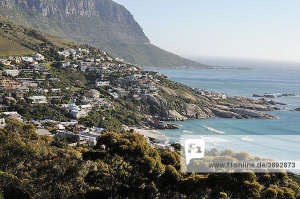 Häuser in der Bucht von Llandudno  Kapstadt  Südafrika  Afrika