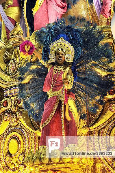 Sambatänzerin auf einem Allegorien-Wagen der Sambaschule Beija-Flor de Nilopolis auf dem Carnaval in Rio de Janeiro 2010  Brasilien  Südamerika