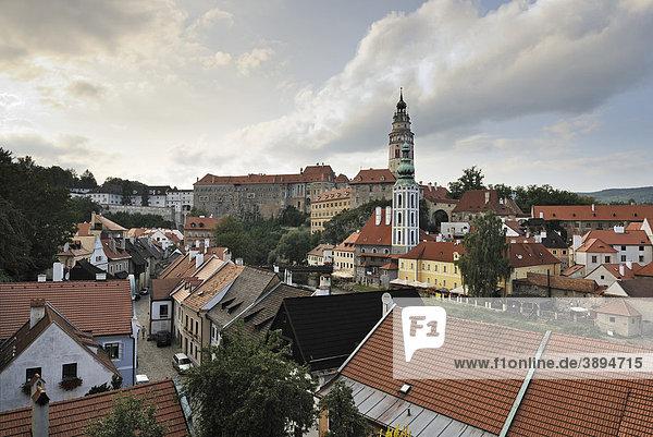 Blick auf historische Altstadt mit Kirche St. Jodokus und Burgturm von Schloss Schwarzenberg  UNESCO-Welterbe  Cesky Krumlov oder Böhmisch Krumau  Tschechien  Europa