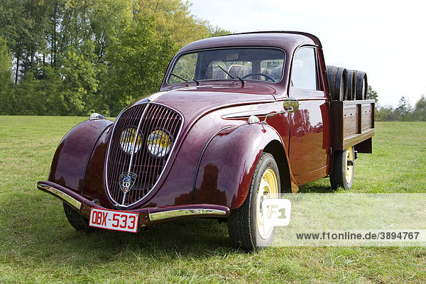 Oldtimer Peugeot 202  Pickup  beladen mit Barrique-Weinfässern