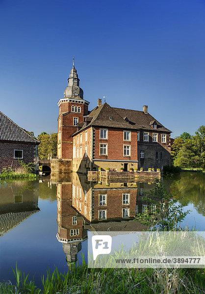 Schloss Sandfort oder Haus Sandfort  Wasserschloss bei Olfen-Vinnum  Münsterland  Nordrhein-Westfalen  Deutschland  Europa
