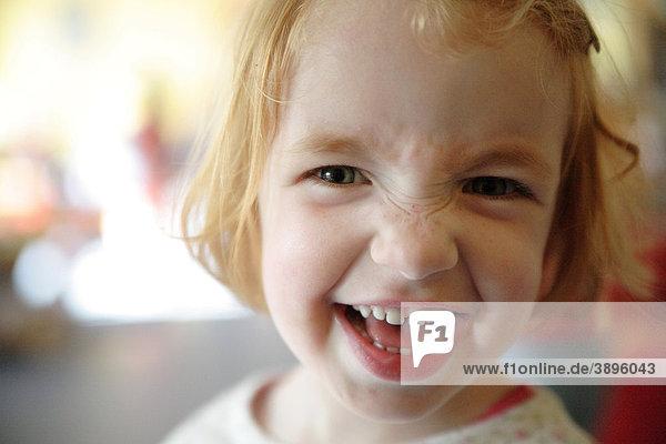 Mädchen  rothaarig  frech  im Kindergarten Mädchen, rothaarig, frech, im Kindergarten