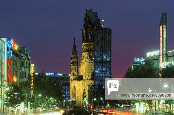 Kaiser-Wilhelm-Gedächtniskirche bei Nacht  Tauentzienstraße  Breitscheidplatz  Kurfürstendamm  Berlin  Deutschland  Europa