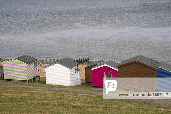 Strandhütten und Meer bei Tankerton in der Nähe von Whitstable  Kent  England  Vereinigtes Königreich  Europa