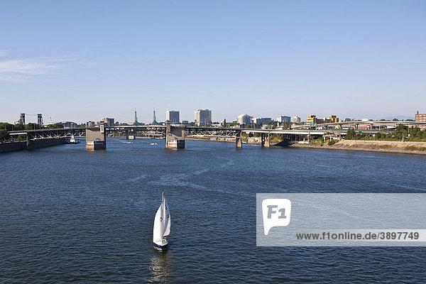 Blick auf Portland  hinten die Morrison Bridge  Portland  Orgeon  USA
