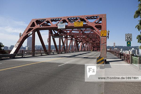 Broadway Bridge  Wilamette River  Portland  Oregon  USA