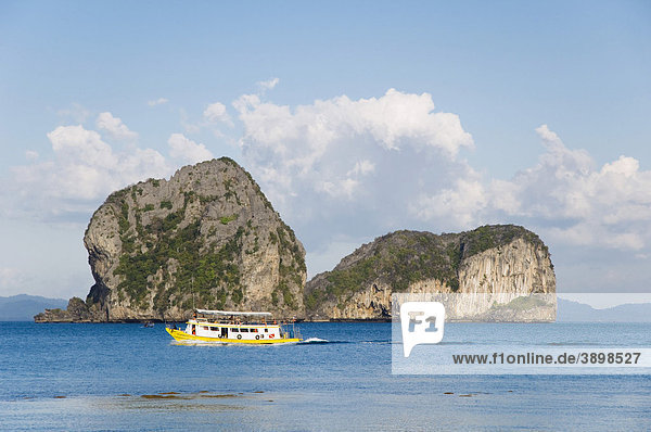 Ausflugsboot  Kalksteinfelsen im Meer  Insel Ko Hai oder Koh Ngai  Trang  Thailand  Asien