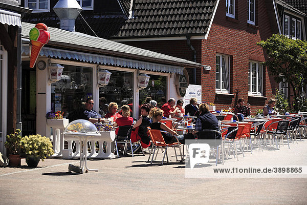 Tourists in a sidewalk cafe  Norddorf  island of Amrum  Schleswig-Holstein  Germany  Europe