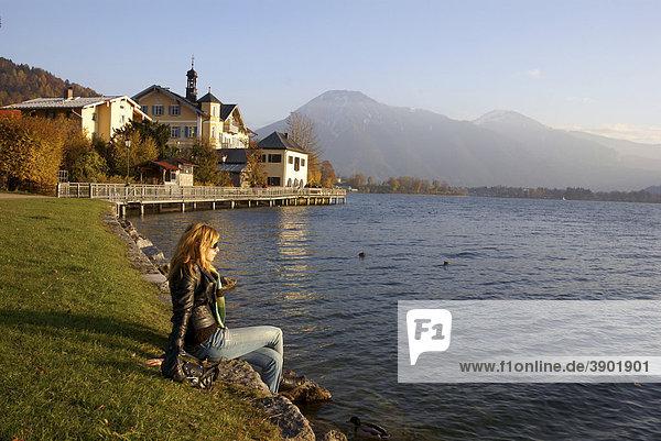 Frau am Ufer am Tegernsee  Bayern  Deutschland  Europa