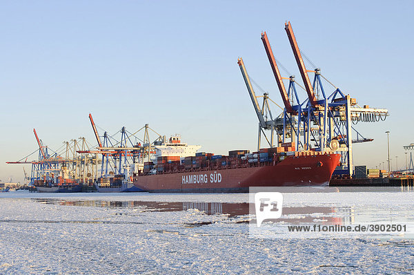 Ein Containerschiff liegt im winterlichen Hamburger Hafen  Burchardkai  Elbe  Hamburg  Deutschland  Europa