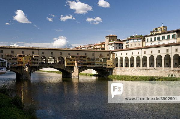 Brücke über der Arno  Ponte Vecchio  14. Jahrhundert  Florenz  Toskana  Italien  Europa