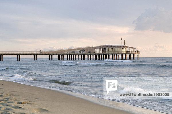Seebrücke am Strand von Lido di Camaiore  Versiliaküste  Riviera  Toskana  Italien  Europa