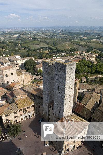 Ausblick auf Ort und Landschaft  San Gimignano  UNESCO-Weltkulturerbe  Toskana  Italien  Europa