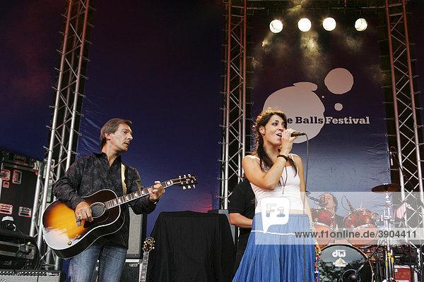 Werner Wirz  Gitarrist  und Jessica Knoll  Sängerin und Frontfrau der Schweizer Band Dust live beim Blue Balls Festival Pavillon am See in Luzern  Schweiz