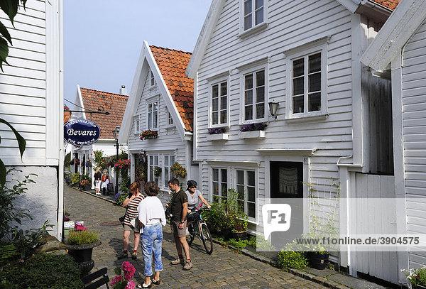 Traditionelle weiße Holzhäuser in der Ovre Strandgate im Stadtteil Alt Stavanger  Stavanger  Norwegen  Skandinavien  Nordeuropa Holzhäuser