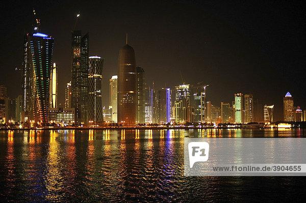 Nachtaufnahme Skyline Doha  Katar  Qatar  Persischer Golf  Naher Osten  Asien