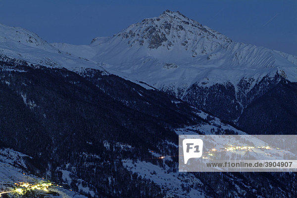 Sternschnuppen über Berg in den Schweizer Alpen  Val d'Herens  Le Valais  Wallis  Schweiz  Alpen  Europa