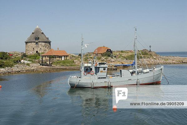 Fischerboot im Hafen an der Christiansoe Festung  Dänemark  Europa