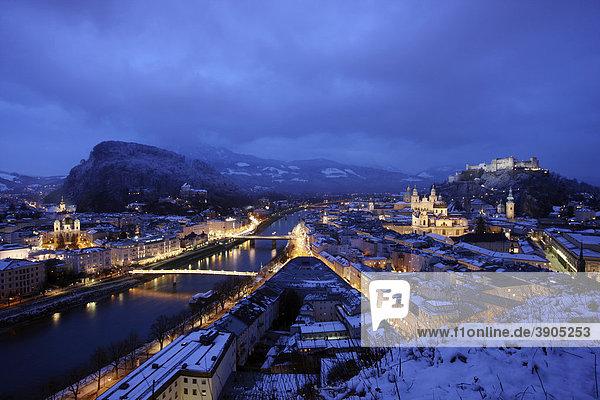 Altstadt mit Kollegienkirche,  Dom und Festung Hohensalzburg,  am Abend,  Winter,  Salzburg,  Österreich,  Europa