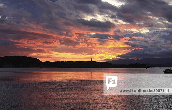 Sonnenuntergang im Hafen von Oban  Schottland  Großbritannien  Europa