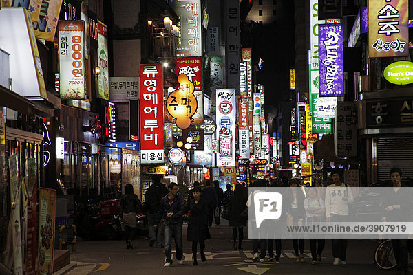 Young Koreans during an evening stroll in the entertainment district of Seoul  South Korea  Asia