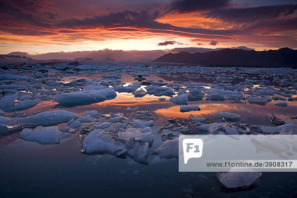 Jökulsarlon kurz vor Mitternacht  Gletschersee am Südrand des Vatnajökull auf dem Brei_amerkursander zwischen dem Skaftafell-Nationalpark und Höfn  Island  Europa