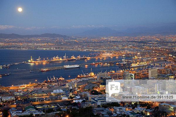 Blick über die Stadt und den Hafen  Signal Hill  blaue Stunde  Dämmerung  Kapstadt  Südafrika  Afrika