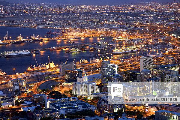Blick über die Stadt am Abend vom Signal Hill  blaue Stunde  Dämmerung  Kapstadt  Südafrika  Afrika