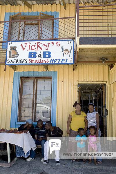 Familie vor Vicky's Bed and Breakfast  Township Khayelitsha  Kapstadt  Westkap  Südafrika  Afrika