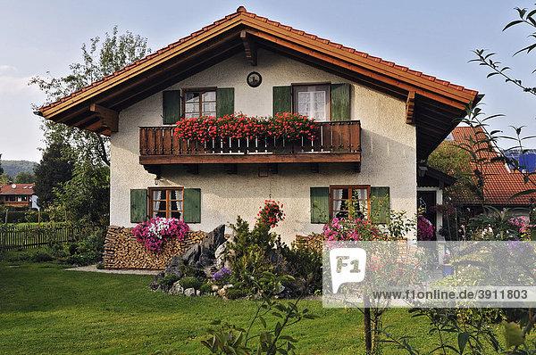 Haus mit Garten in Schlehdorf  Bayern  Deutschland  Europa