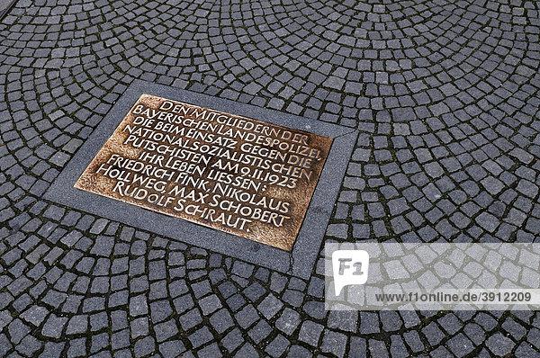 Gedenktafel für Polizisten  die beim Naziputsch 1923 ihr Leben ließen  Odeonsplatz  München  Bayern  Deutschland  Europa
