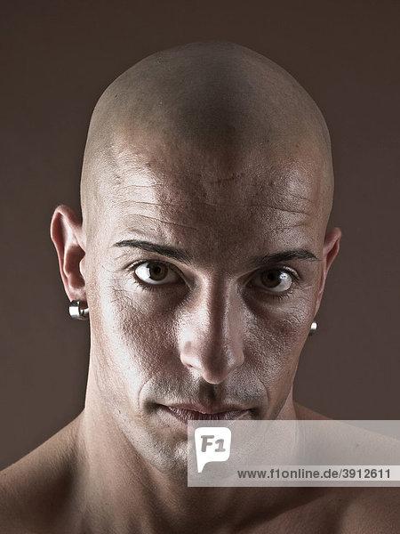 Mann  glatzköpfig  Gesicht  ernst