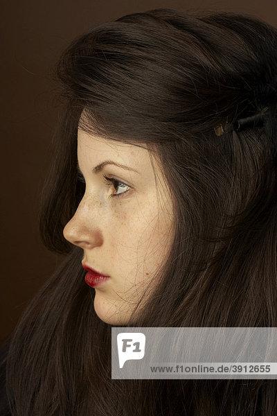 Frau  jung  dunkelhaarig  Gesicht  ernst