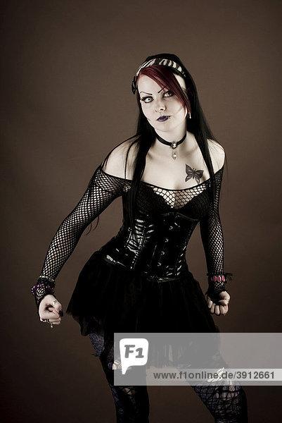 Frau  Gothic  ernst  Fäuste  ballen