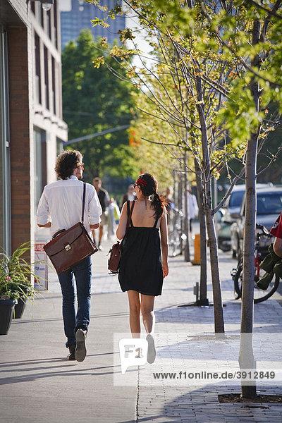 Junges Paar geht auf der Straße  Frühling
