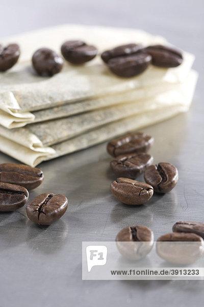 Teebeutel und Kaffeebohnen