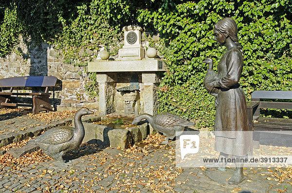 Gans  Mädchen  Gänsebrunnen  Brunnen  historische Altstadt  Schieder-Schwalenberg  Künstlerort  Kreis Lippe  Nordrhein-Westfalen  Deutschland  Europa