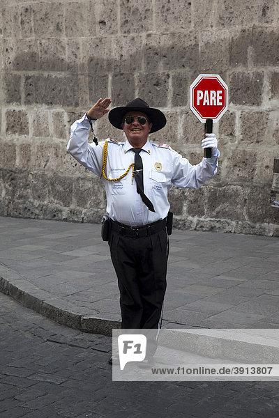 Peruanischer Mann mit spanischem Stop-Schild leitet den Verkehr in Arequipa  Peru  Südamerika