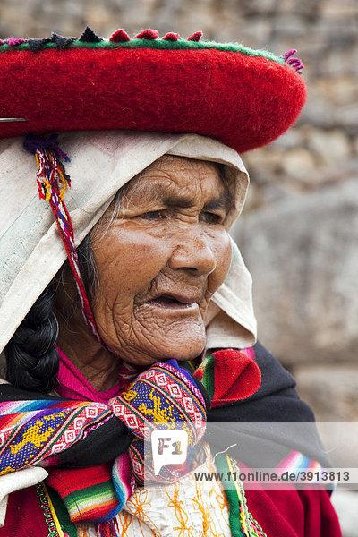 Portrait einer alten peruanischen Frau in traditioneller Tracht  Saqsaywaman in der Nähe von Cuzco  Peru  Südamerika