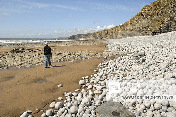 Frau wandert auf Strand  Klippen  Küste  Nash Point  Glamorgan Heritage Coast  Südwales  Wales  Großbritannien  Europa