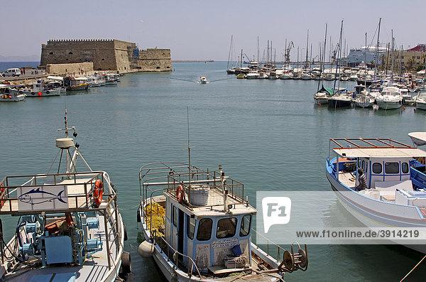 Koules Kastell  Venezianischer Hafen  Jachten und Fischerboote  Heraklion  Iraklion  Kreta  Griechenland  Europa