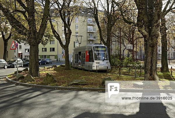 Moderne Straßenbahn  Typ NF8U  dreht am Spichernplatz  Düsseldorf  Nordrhein-Westfalen  Deutschland  Europa