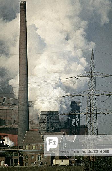 Industrieszenerie Rheinhausen  Duisburg in den 80er Jahren  Nordrhein-Westfalen  Deutschland  Europa