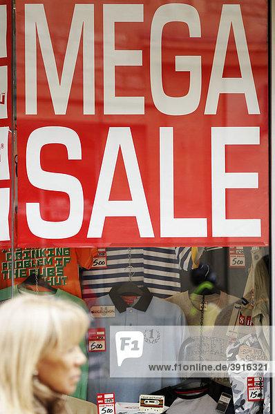 Mega sale Verkauf  Schild in einem Schaufenster der High Street  Oxford  England  Vereinigtes Königreich  Europa