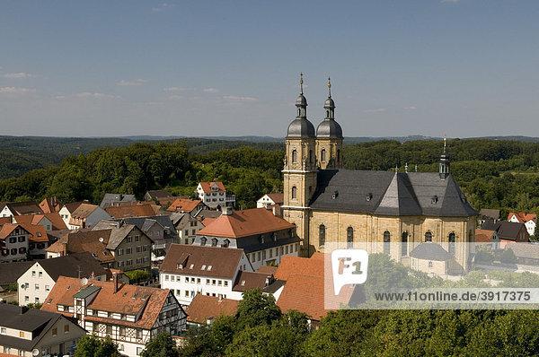 Aussicht vom Gernerfels auf die Wallfahrtsbasilika und den Ort Gössweinstein  Fränkische Schweiz  Franken  Bayern  Deutschland  Europa