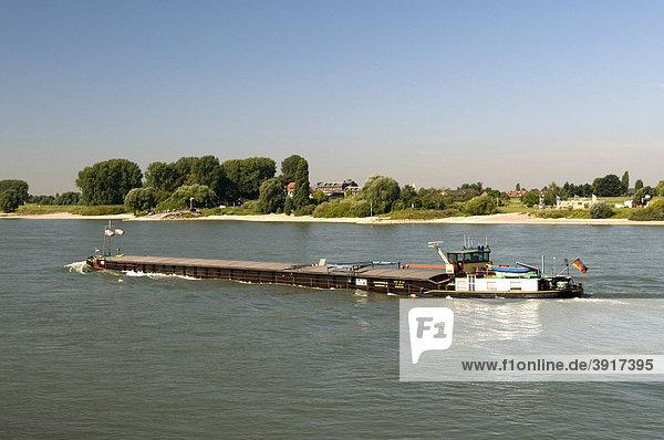 Frachtschiff auf dem Rhein bei Kaiserswerth  Düsseldorf  Rheinland  Nordrhein-Westfalen  Deutschland  Europa
