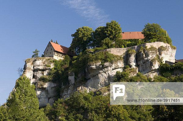 Die Burg Pottenstein thront auf einem Felsen über dem Ort Pottenstein  Naturpark Fränkische Schweiz  Franken  Bayern  Deutschland  Europa