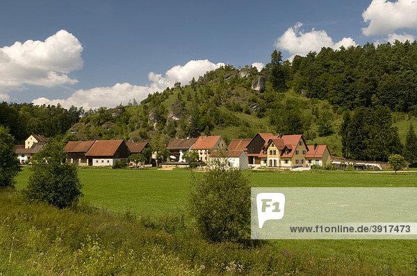 Malerisch gelegener Ort Oberailsfeld im Ahorntal,  Naturpark Fränkische Schweiz,  Franken,  Bayern,  Deutschland,  Europa