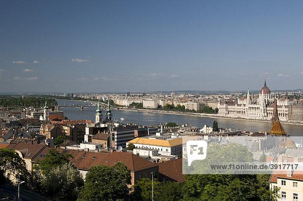 Ausblick vom Burgberg auf Donauufer und Parlament  Budapest  Ungarn  Europa